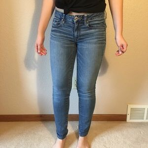 American Eagle Medium Wash Skinny Jeans (Size 6)
